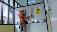 Petugas RS Hasan Sadikin Bandung akan memasuki ruang Flamboyan, Bandung, Kamis, 8 Februari 2018, tempat isolasi pasien penyakit infeksi menular khusus dirawat intensif.
