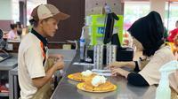 Restoran cepat saji pekerjakan lansia dan pengidap gangguan pendengaran. (dok. Twitter/@OhhB_)