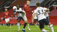 Gelandang Manchester United, Donny van de Beek, mengontrol bola saat melawan Tottenham Hotspur pada laga Liga Inggris di Stadion Old Trafford, Minggu (4/10/2020). Tottenham menang dengan skor 6-1. (Oli Scarff/Pool via AP)