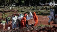 Petugas Suku Dinas Pertamanan dan Pemakaman mengenakan perlengkapan APD memakamkan jenazah pasien COVID-19 di TPU Pondok Rangon, Jakarta, Rabu (17/6/2020). (Liputan6.com/Johan Tallo)