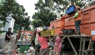 Pekerja memindahkan sampah ke truk pengangkut di Transit Pembuangan Sampah, Lenteng Agung, Jakarta, Senin (11/7). Pasca libur Lebaran, volume sampah di Kecamatan Jagakarsa  mencapai 200 ton. (Liputan6.com/Yoppy Renato)