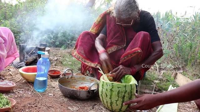 Youtuber tertua di dunia bernama Karre Mastanamma meninggal dunia. Karre hembuskan nafas terakhir di usia ke-107 di Gudiwada, India.