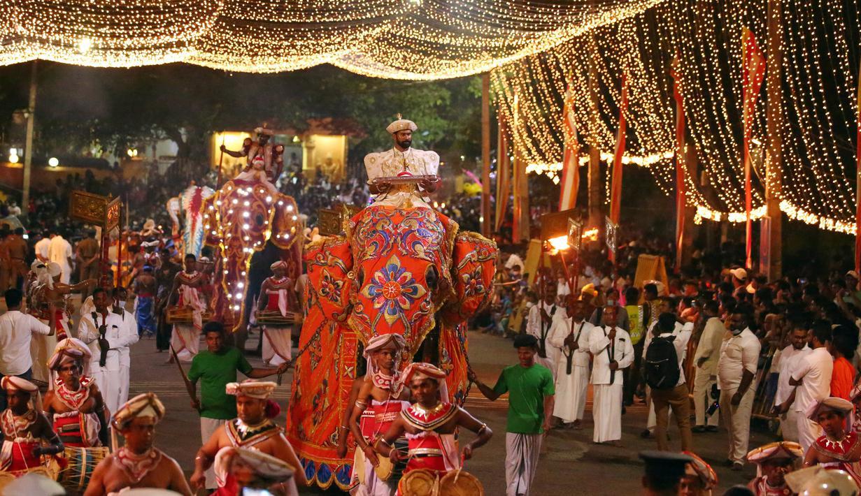 Suasana prosesi tahunan umat Buddha di Kotte Rajamaha Viharaya, Kolombo, Sri Lanka, 29 Agustus 2020. Prosesi tersebut dimeriahkan dengan beragam tarian daerah tradisional dan tarian budaya, serta gajah-gajah yang didandani dengan berbagai kostum mewah. (Xinhua/Ajith Perera)