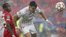 Pada laga tersebut terjadi hujan penalti, total empat tendangan penalti diberikan di babak pertama yang tiga di antaranya untuk tim tamu. (Foto: AP/Angel Fernandez)