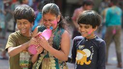 Murid-murid India yang tunanetra dari The Devnar School for the Blind merayakan festival Holi di Hyderabad (21/3). Holi, festival musim semi hindu di India pada akhir musim dingin pada bulan purnama pertama kalender lunar. (AFP Photo/Noah Seelam)