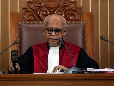 Hakim tunggal Achmad Guntur memimpin jalannya sidang permohonan praperadilan tersangka kepemilikan senjata ilegal Kivlan Zen di PN Jakarta Selatan, Selasa (30/7/2019). Hakim Guntur menolak gugatan praperadilan Kivlan Zen. (Liputan6.com/JohanTallo)