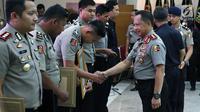 Kapolri Jenderal Tito Karnavian memberi penghargaan kepada tim gabungan pengungkapan 1,6 ton narkoba jenis sabu di Mabes Polri, Jakarta, Selasa (27/3). Acara ini dihadiri pimpinan media, Dewan Pers, dan juga KPI. (Liputan6.com/JohanTallo)