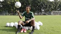 Pemain Timnas Indonesia U-22, Sani Rizki Fauzi, berpose usai latihan di Lapangan ABC, Senayan, Jakarta, Jumat (11/1). Latihan sekaligus seleksi pemain ini untuk persiapan turnamen Piala AFF U-22. (Bola.com/M Iqbal Ichsan)