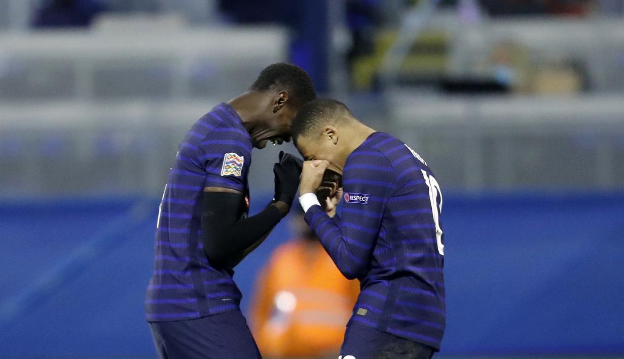 Pemain Prancis Kylian Mbappe (kanan) merayakan dengan Paul Pogba setelah mencetak gol ke gawang Kroasia pada pertandingan UEFA Nations League di Stadion Maksimir, Zagreb, Kroasia, Rabu (14/10/2020. Prancis menang dengan skor 2-1. (AP Photo/Darko Bandic)