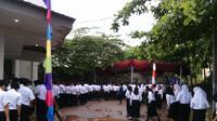 Para mahasiswa Undip harus berjingkat menghindari air kotor akibat hujan. (foto:Liputan6.com/Zahid Arofat/Edhie Prayitno Ige)