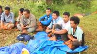 Sepuluh orang karyawan PT GKP diikat warga dengan tali, setelah menyerobot lahan warga, Jumat (23/8/2019).(Liputan6.com/Ahmad Akbar Fua)