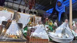 Seorang pedagang menata parcel Lebaran dagangannya di kawasan Cikini, Jakarta, Selasa (7/7/2015). Menjelang Lebaran,  penjualan parcel yang biasanya meningkat justru mengalami penurunan. (Liputan6.com/Herman Zakharia)