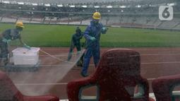 Petugas menyemprotkan cairan disinfektan ke bench pemain di Stadion Utama Gelora Bung Karno (SUGBK), Jakarta, Kamis (26/3/2020). Penyemprotan dilakukan guna mencegah penyebaran virus corona COVID-19 di seluruh venue kawasan SUGBK. (merdeka.com/Imam Buhori)
