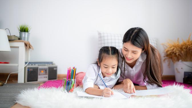 4 Cara Mengajarkan Anak Menulis Sejak Dini - Parenting Fimela.com