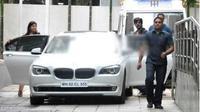 Shahrukh Khan dengan mobil BMW-nya. (Cartoq)