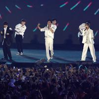 Boy band Korea Selatan, Super Junior tampil pada upacara penutupan Asian Games 2018 di Stadion Gelora Bung Karno, Jakarta, Minggu (2/9). Mereka membawakan lagu Sorry Sorry, Mr. Simple, dan Bonamana. (Liputan6.com/Helmi Fithriansyah)