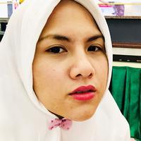 Mantan istri komedian Aming ini terlihat begitu cantik santun memakai hijab dan busana syar i nya. Busana bernuansa putih dikenakan Evelyn yang pastinya membuat ia tampak memesona. (Instagram/evelinnadaanjani)
