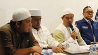 Ketua PA 212 Slamet Maarif memberikan keterangan seusai bertemu Ketua Umum PAN Zulkifli Hasan di Jakarta, Rabu (20/2). Slamet Maarif akan mendapat bantuan hukum dari PAN)dalam menghadapi kasus pidana pemilu di Jawa Tengah. (Liputan6.com/Herman Zakharia)