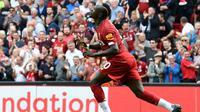 Gelandang Liverpool, Sadio Mane, merayakan gol yang dicetaknya ke gawang Newcastle pada laga Premier League di Stadion Anfield, Liverpool, Sabtu (14/9). Liverpool menang 3-1 atas Newcastle. (AFP/Paul Ellis)