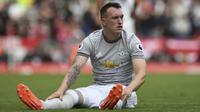 Phil Jones sudah lama tak terlihat di barisan belakang Manchester United sejak musim lalu. Dirinya memang pernah mengalami cidera panjang, namun saat ini Jones akan sulit mendapatkan tempat di MU karena kalah bersaing dengan bek-bek lain. (Foto: AFP/Paul Ellis)