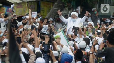 FOTO: Tiba di Petamburan, Rizieq Shihab Disambut Massa Pendukung