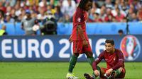 Pemain Portugal, Renato Sanches (berdiri), terpilih sebagai pemain muda terbaik Piala Eropa 2016. (AFP/Franck Fife)