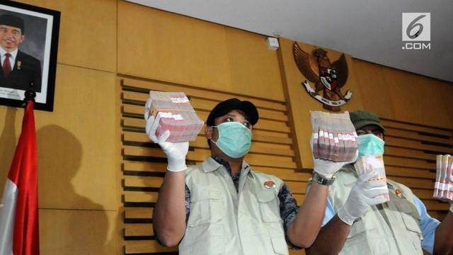 Dalam operasi ini, tim Satgas KPK mengamankan sejumlah orang berikut barang bukti berupa uang suap.