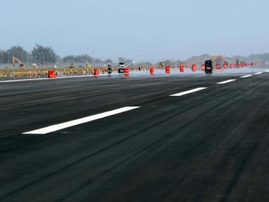 Kondisi landasan pacu atau runway Bandara Internasional Yogyakarta, Kulon Progo, DI Yogyakarta, Rabu (24/4). Landasan pacu Bandara Internasional Yogyakarta memiliki panjang 3.250 meter dengan lebar 45 meter. (Liputan6.com/Helmi Fithriansyah)