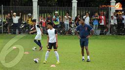 Patrick Kluivert terlihat hadir dalam sesi coaching clinic yang digelar di Lapangan C Senayan Jakarta pada Kamis 6 Juni 2013