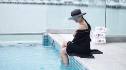 Istri dari Ibnu Jamil ini pun memiliki topi dalam berbagai macam model yang dapat menyesuaikan dengan outfitnya. Sehingga penampilannya pun makin oke dan stylish. (Liputan6.com/IG/ririnekawati)