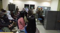 20 orang pria dan wanita diduga pasangan mesum di Depok diamankan Satpol PP. Mereka kemudian dibawa untuk didata dan dibina. (Liputan6.com/Dicky Agung Prihanto).