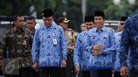 Presiden Joko Widodo (Jokowi) didampingi Mendagri Tjahjo Kumolo menghadiri upacara HUT ke-45 Korps Pegawai Republik Indonesia (Korpri) di Silang Monas, Jakarta, Selasa (29/11). Jokowi akan bertindak menjadi Inspektur Upacara. (Liputan6.com/Faizal Fanani)
