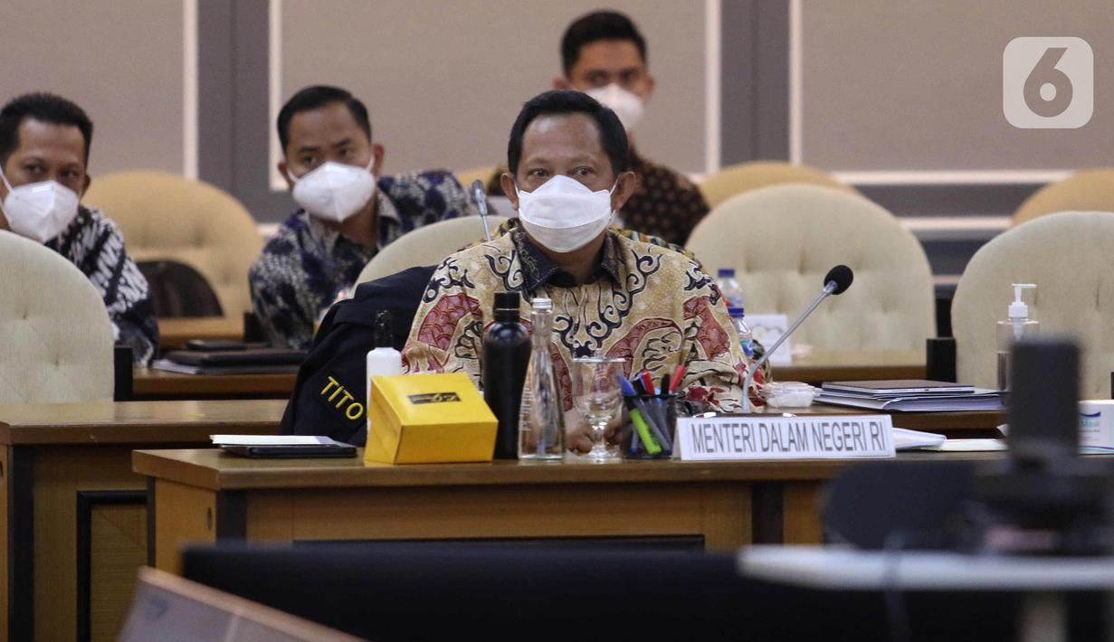 Mendagri Tito Karnavian saat rapat kerja bersama Pansus RUU Perubahan Kedua atas UU Nomor 21 Tahun 2001 tentang Otonomi Khusus bagi Provinsi Papua, Kompleks Parlemen, Jakarta, Kamis (8/4/2021). Rapat mendengar penjelasan pemerintah, pengesahan jadwal Pansus dan mekanisme. (Liputan6.com/Angga Yuniar)