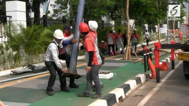 Sempat viral tentang foto tiang penerangan jalan yang menghalangi jalur sepeda di sepanjang jalan Asia Afrika, Senayan Jakarta Pusat. Sebanyak 19 tiang penghalang jalur sepeda akhirnya di bongkar petugas dari Kementrian Pekerjaan Umum dan Perumahan R...