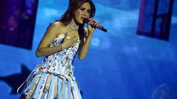 Mulan Jameela dalam balutan gaun koran berwarna biru, Jakarta, (8/10/14).(Liputan6.com/Faizal Fanani)