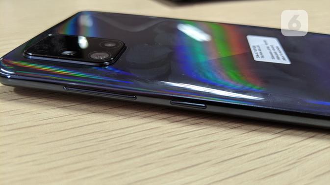 Sisi kanan Galaxy A71. (Liputan6.com/ Yuslianson)