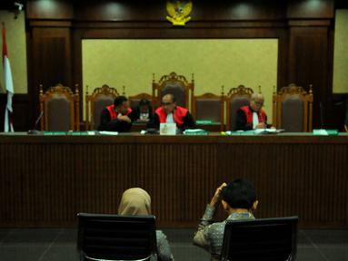 Gubernur Sumatera Utara nonaktif Gatot Pudjo Nugroho bersama istrinya, Evy Susanti saat menjalani sidang di Pengadilan Tipikor, Jakarta, Rabu (17/2). JPU menuntut Gatot dengan hukuman pidana selama 4 tahun enam bulan penjara. (Liputan6.com/Faisal R Syam)