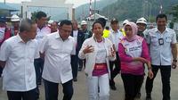 Menteri BUMN Rini Soemarno meninjau proyek pembangunan Dermaga Eksekutif di Pelabuhan Merak, Cilegon, Banten, Rabu (8/8/2018). (Dwi Aditya Putra/Merdeka.com)