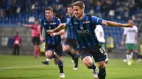 Gelandang Atalanta, Mario Pasalic, merayakan gol yang dicetaknya ke gawang Sassuolo pada laga Serie A di Stadion Mapei, Reggio Emilia, Minggu (26/5). Atalanta menang 3-1 atas Sassuolo. (AP/Paolo Magni)