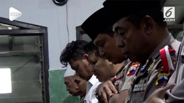 Anggota Polresta Solo Jawa Timur menggelar salat gaib untuk para korban jatuhnya pesawat Lion Air JT 610, hari Kamis (1/11). Salah satu korban adalah petugas polisi yang sempat berdinas di Polresta Solo.