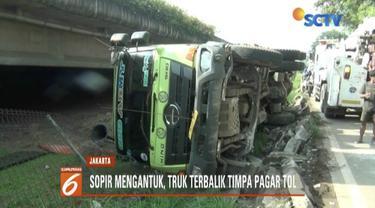 Sopir diduga mengantuk, truk terbalik hingga timpa pagar Tol Kembangan, Jakarta Barat.