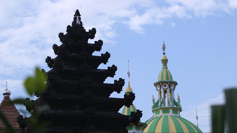 Pura dan masjid yang berdiri tetanggaan di Desa Balun, Lamongan, Jawa Timur. Desa ini menjadi potret semangat keberagaman yang dijunjung tinggi.  (Liputan6.com/Mochamad Khadafi)