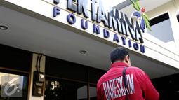 Polisi berjaga di depan salah satu ruangan Pertamina Foundation yang sedang digeledah penyidik, Jakarta, Senin (1/9/2015). Pertamina Foundation digeledah terkait dugaan penyalahgunaan anggaran program tahun 2013 hingga 2014. (Liputan6.com/Yoppy Renato)