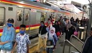 Calon penumpang bersiap menaiki KRL Commuter Line di Stasiun Depok Baru, Jawa Barat, Senin (25/5/2020). Banyaknya warga yang silaturahmi selama lebaran menyebabkan perjalanan KRL tetap dipadati penumpang, meskipun waktu operasional dibatasi. (Liputan6.com/Immanuel Antonius)