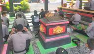 Personel beragama Hindu menggelar Doa Bersama di Pura SPN Polda Sulut.