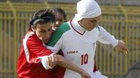 Niloufar Ardalan (kanan) batal pimpin timnas futsal Iran di Kejuaraan Futsal AFC di Malaysia. (Gulf News)