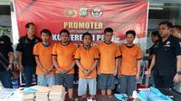 Lima pelaku penipuan bermodus sebar cek yang dibekuk polisi (Liputan6.com/Pramita)
