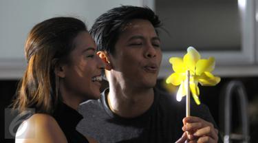 Ariel Noah beradegan mesra dengan seorang model bernama Nina Kozok pada syuting video klip 'Cinta Bukan Dusta' di Depok, Jawa Barat, Rabu (18/11/2015). Lagu tersebut merupakan bagian dari album untuk mengenang Rinto Harahap. (Liputan6.com/Herman Zakharia)