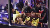 Tim Onic Esports saat melawan Louvre Juggernaut pada laga final Piala Presiden Esports 2019 di Istora Jakarta, Minggu (31/3). Onic Esports menang 3-0 atas Louvre Juggernaut. (Bola.com/M Iqbal Ichsan)