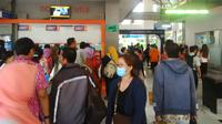 Suasana di depan loket penjualan tiket di Stasiun Gubeng Surabaya. (Liputan6.com/Dhimas Prasaja)